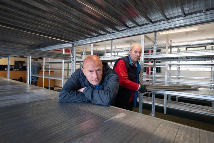 Willem van Engelen (links) en medewerker Evert Kist zaten in oktober nog vol enthousiasme toen ze Kringloopwinkel 'De Kleine Beurs' in het oude pand van Postduivenvereniging De Luchtpost aan de Reigerweg in Kampen in gebruik namen.