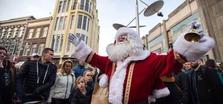 Topdrukte op kerstmarkt met toeters en bellen