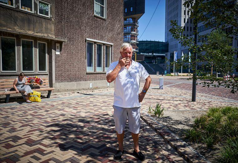 Rokers rondom het Erasmus MC in Rotterdam, een van de beoogde rookvrije zones. Beeld Phil Nijhuis