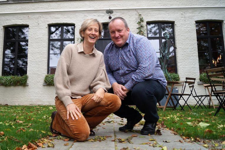 Heidi Huys en Peter Bruneel voor de pastorie van Kanegem.