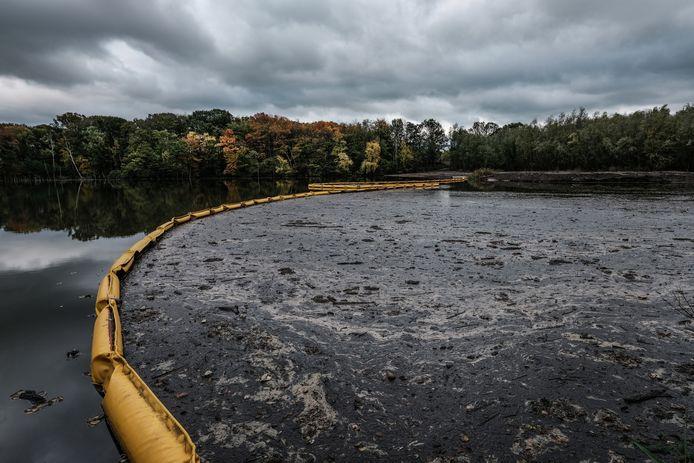 Het storten van vervuilde grond in de kleiput zorgde voor veel afval aan de oppervlakte.