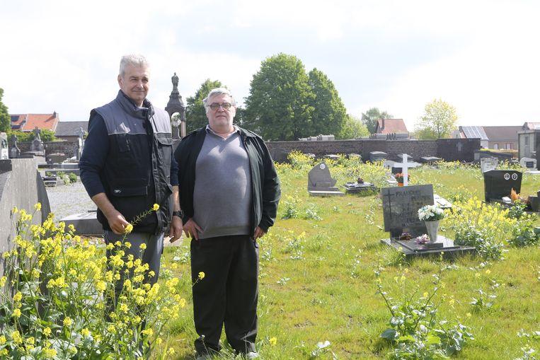Danny Puyneers en Joël Dereze op het kerkhof aan de Aarschotsesteenweg.