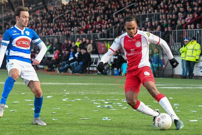 Shanon Carmelia (rechts op archiefbeeld in het shirt van IJsselmeervogels) is opgeroepen voor de nationale voetbalploeg van Curaçao.