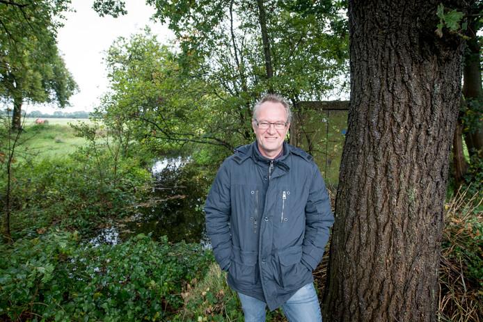 Bert Terlouw, die op satellietbeelden de contouren ontwaarde van een moerasburcht bij Wesepe, geniet inmiddels een reputatie als archeoloog. Hier staat hij op een terrein in Luttenberg waar hij de restanten ontdekte van een havezate.