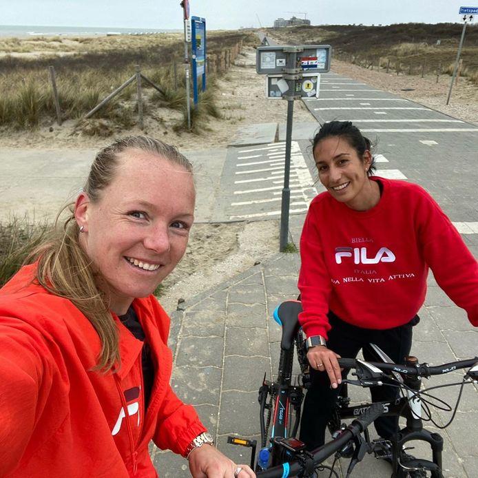 Kiki Bertens (l) houdt haar conditie onder meer op peil door mountainbiketochten te maken met coach  Tamaëla (r).