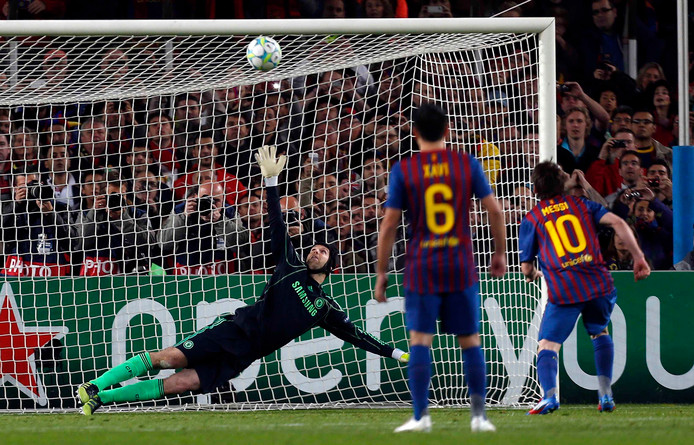 Lionel Messi raakt de lat in het Champions League-duel met Chelsea in 2012.