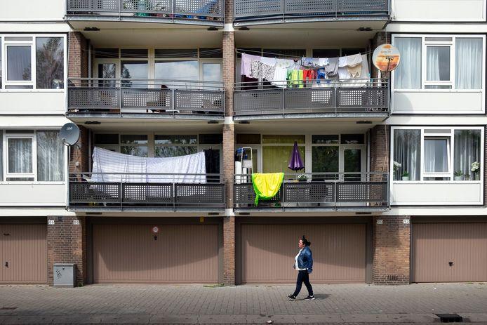 In arme wijken is vaak minder groen om in te bewegen. Ook zijn ze 's avonds onveiliger, waardoor mensen eerder binnen blijven.