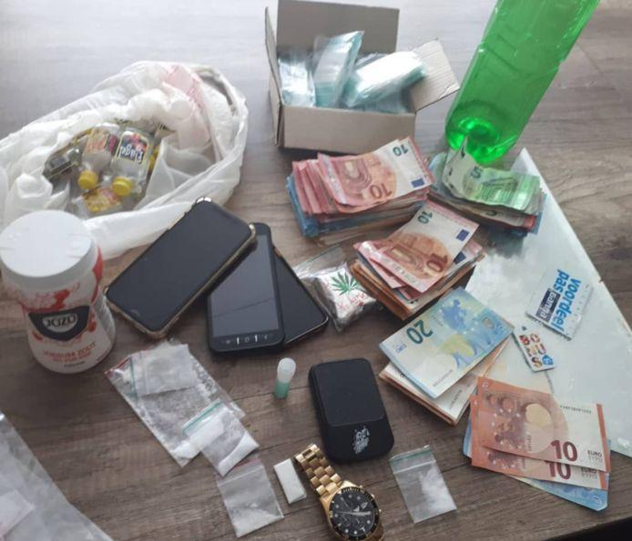 Agenten in Oss hebben dinsdag heel wat spullen in beslag genomen na een melding van het dealen van ketamine.
