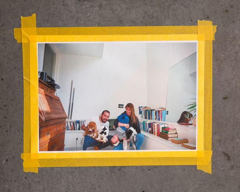 Alejandro Tauber en Megan van Kessel met hun zoontje, katten en hond. Beeld Diereneigenaar / Studio V