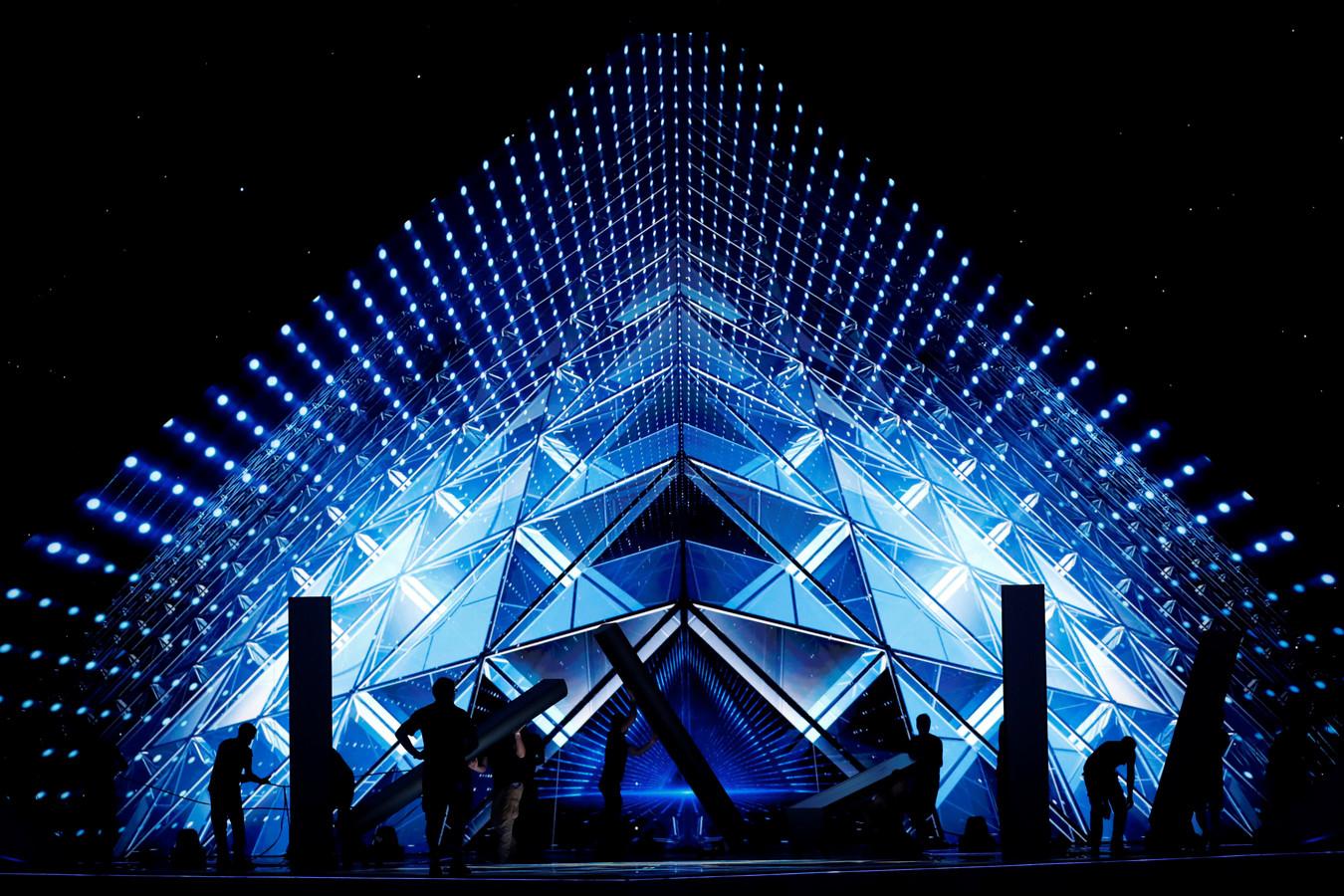 Decorbouwers aan het werk op het podium van het Eurovisiesongfestival in Tel Aviv.