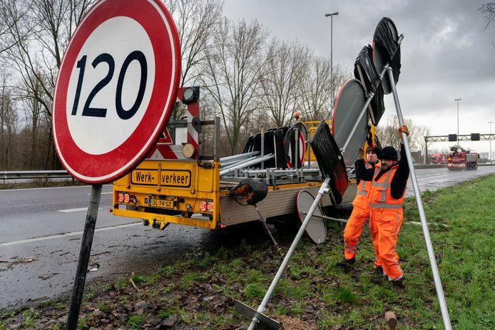 Nieuwe borden langs de A59. Op het moment dat het plastic wordt verwijderd geldt de nieuwe maximumsnelheid.