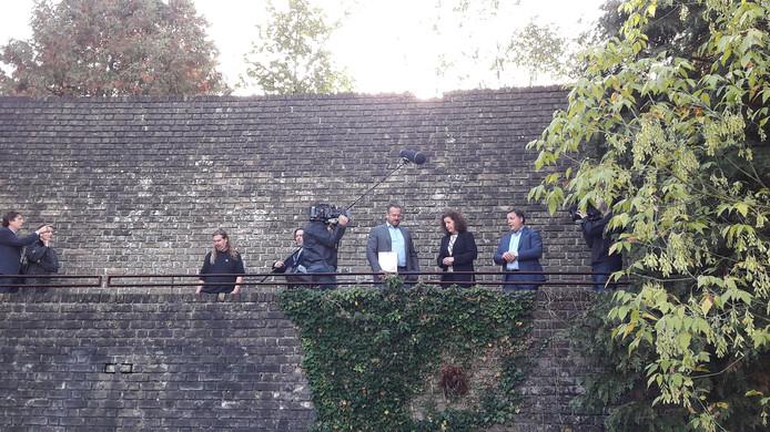 Minister van Engelshoven (tweede van rechts) op de Muur van Mussert