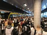 Het is even proppen, maar uiteindelijk passen er 236 mensen in de tram naar de Uithof