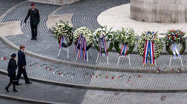 Koning Willem-Alexander en koningin Máxima zullen ook dit jaar een krans leggen bij het Nationaal Monument op de Dam in Amsterdam. Beeld ANP