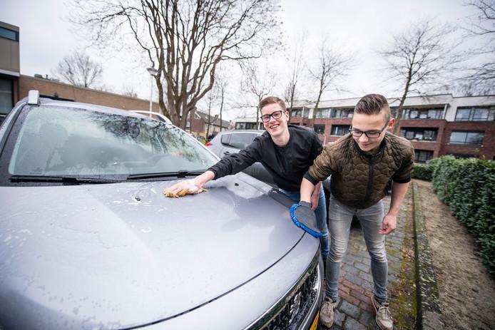 Jochem Eenkhoorn (links) en Niels Dennenkamp wassen auto's om geld in te zamelen. Ze kijken uit naar hun reis in juli, naar het Ghanese dorp Namisim.