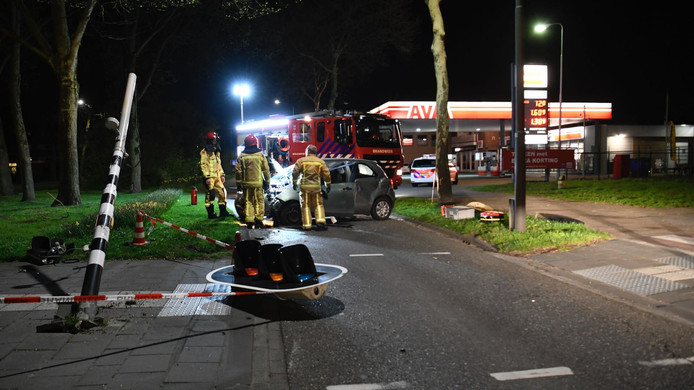 Ook het verkeerslicht kwam er bij het ongeluk niet best vanaf.