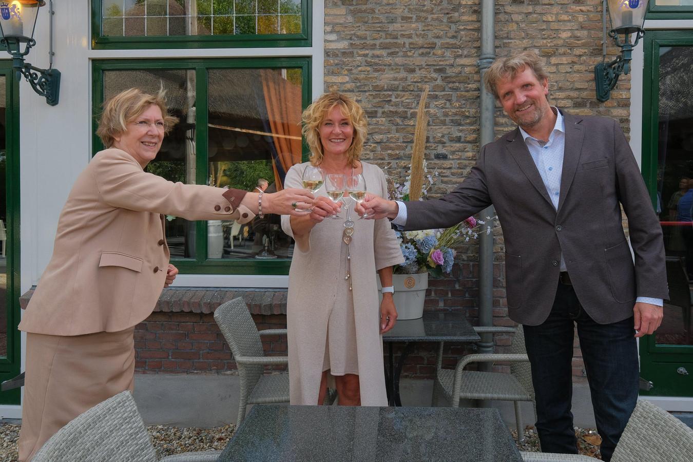 Anke van As, Benita van Wegen en Ruud Steggerda heffen alvast het glas op de voorgenomen fusie van RVOZ en Floravontuur.