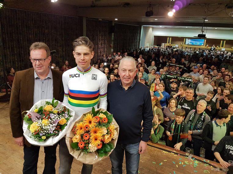 Burgemeester Paul Diels, Wout van Aert en Jef Van den Broeck, voorzitter van De Moedige Supporters, op het podium in zaal Sint-Pieter.