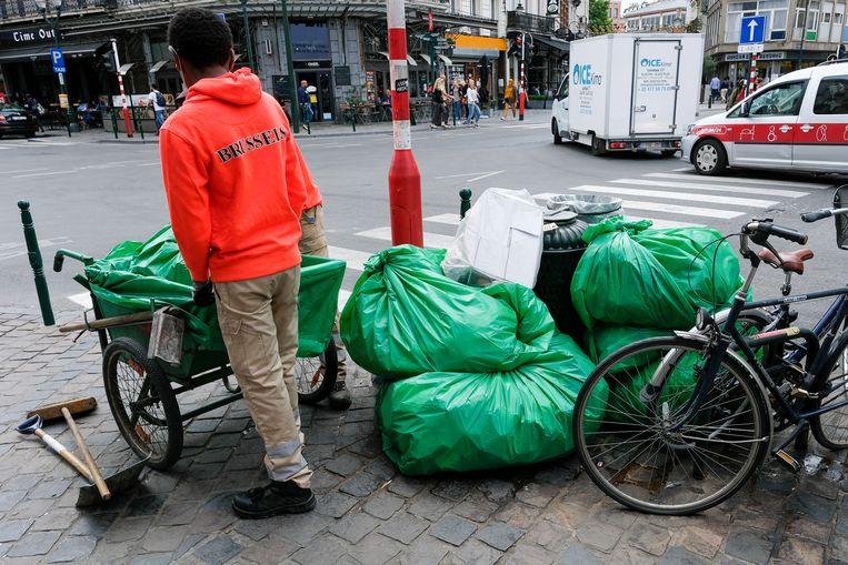Afval na weekend van de Tour: Arbeiders van de stad verzamelen overal het afval om te worden opgehaald