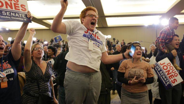 Democraten in Alabama juichen als blijkt dat hun kandidaat, Doug Jones, is gekozen in de Senaat Beeld reuters