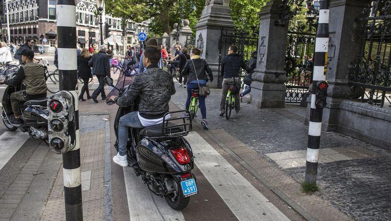De Stadhouderskade ter hoogte van het Vondelpark. De straat heeft de meest vervuilde lucht van Amsterdam. Beeld Floris Lok