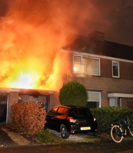 Brand in garagebox in Oisterwijk: Naastgelegen woningen vullen zich met rook