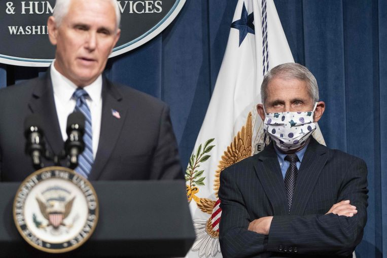 Topviroloog Anthony Fauci achter vicepresident Mike Pence.