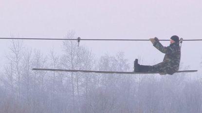 Russen maken zelf kabelbaan om bevroren rivier over te steken