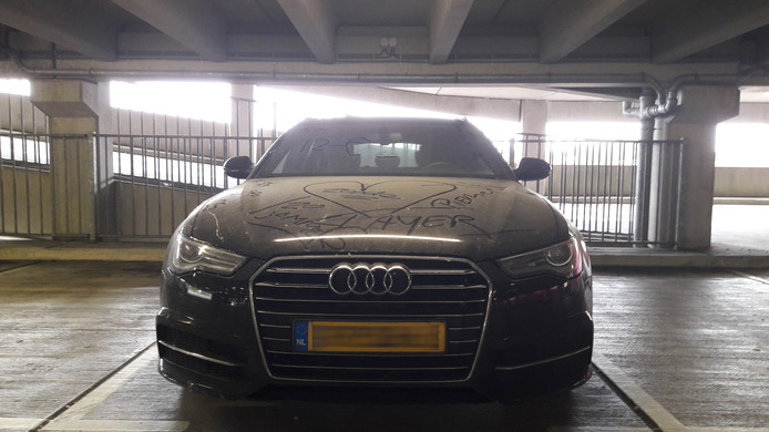 De alleen gelaten Audi in de Zwolse parkeergarage.