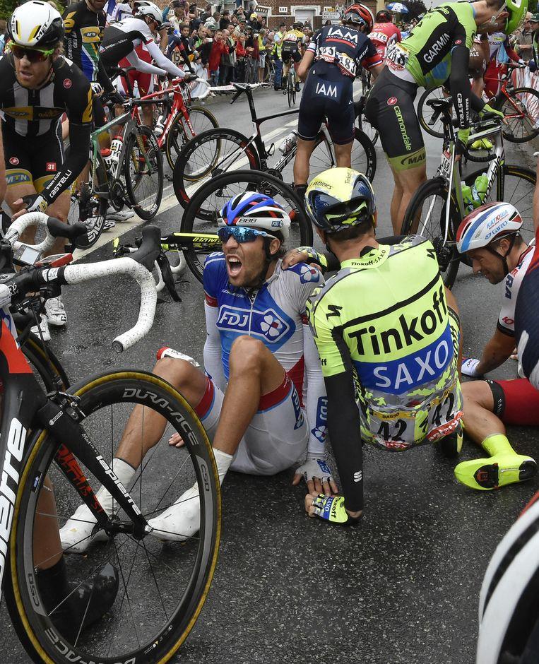 Ivan Basso (rechts in TinkoffSaxo-trui) na de valpartij Beeld ap
