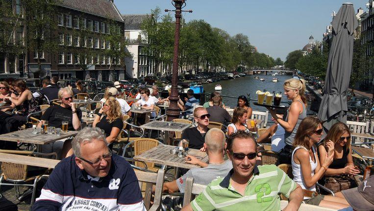 4579 officiële terrascontroles zijn er deze zomer uitgevoerd in het centrum van Amsterdam. Foto ANP Beeld