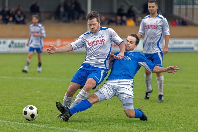 Frank van Wijk (links), een van de negen overgebleven spelers van Raamsdonk, duelleert met tweevoudig doelpuntenmaker Lesley Verschuren.