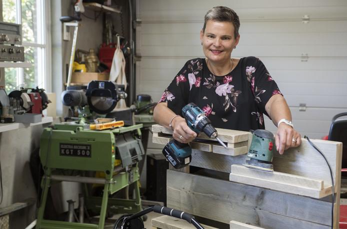 Eén van de genomineerden voor de Startersprijs: Leonie Braahuis helpt onder de naam Kluslady (oudere) mensen met onderhoudswerkzaamheden aan hun woning of het verrichten van kleine klussen.