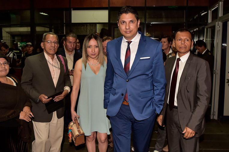 Fernando Balda (midden) verlaat de rechtszaal in Quito na een hoorzitting waarin bekend is gemaakt dat Rafael Correa zal worden vervolgd.  Beeld AFP