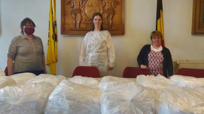 Vrijwilligers knippen beschermingsschorten voor Gooikse thuisverplegers