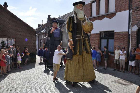 Elk jaar trekken reuzen uit binnen- en buitenland door de smalle steegjes van de wijk 't Schelleke waaronder ook de eigen reus Mercator.
