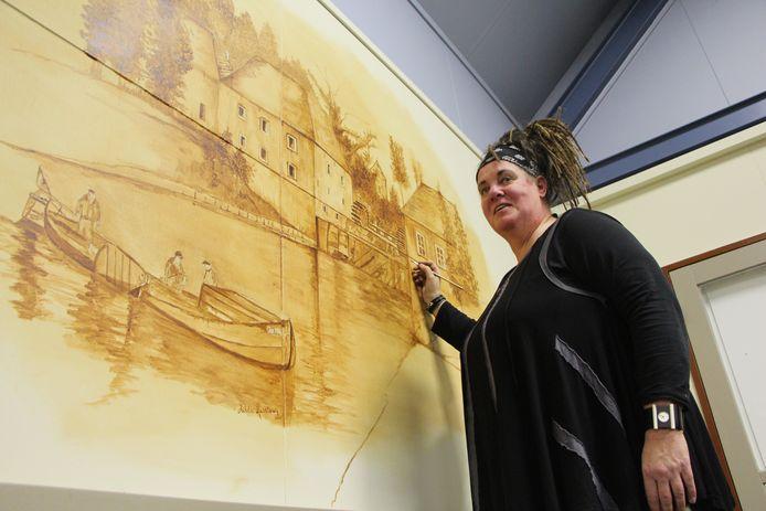 Hilda Haselberg rondt de laatste van de drie berkelzomp-voorstellingen op de wand van de Zompenloze af.