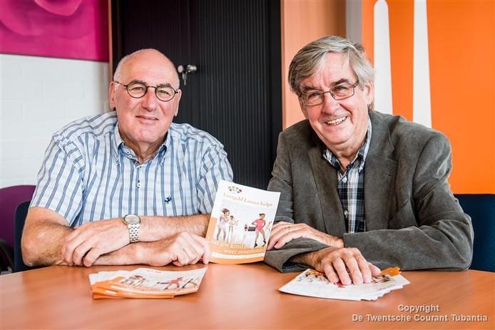 Voorzitter Ton Kremer (links) en coordinator Gerard Kienhuis van stichting Leergeld