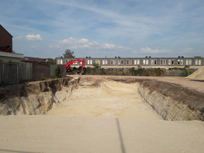 De bouwput naast Domino's pizza aan de Arnhemseweg.