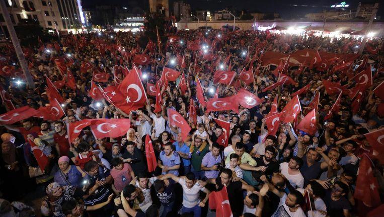 Met een demonstratie in Istanboel spreken Turken hun steun uit voor president Erdogan. Beeld afp