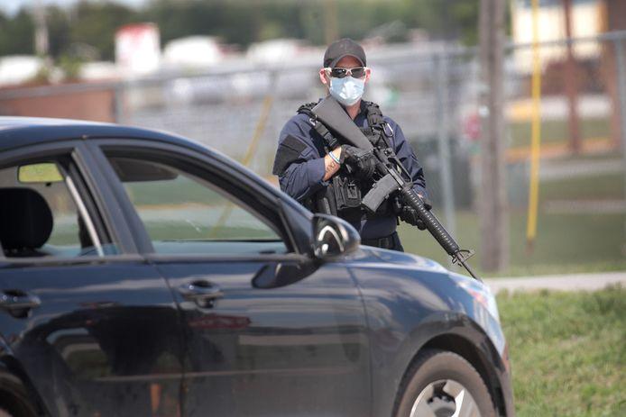 Bewapende agenten bij het gevangeniscomplex waar Daniel Lewis Lee wordt geëxecuteerd.