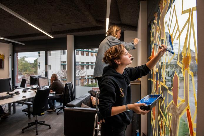 De redactie van BN DeStem heeft sinds vorige week ook een raamschildering van Blind Walls Gallery.