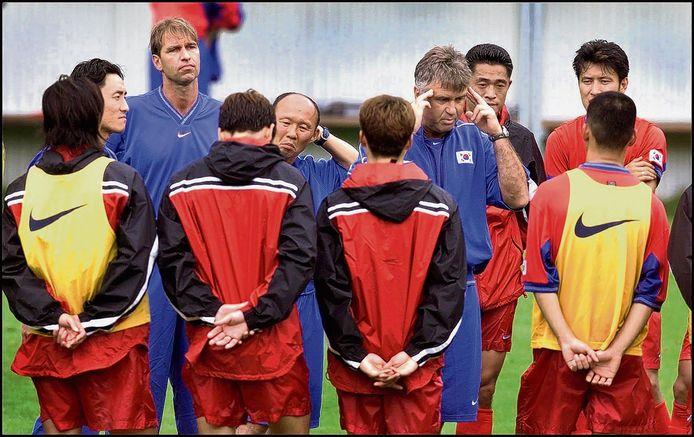 Pim Verbeek (linksachter) was succesvol als assistent-bondscoach van Guus Hiddink bij Zuid-Korea.