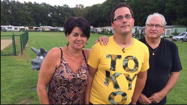 Davy Kruse met zijn ouders. De Nederlander is sinds de klap op de Open Air Party voor altijd op hulp aangewezen.