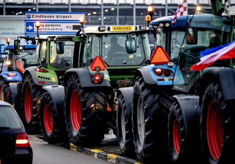 Boeren blokkeerden vanmiddag de toegangswegen naar Eindhoven airport.  Beeld ANP