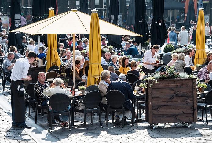 drukte op terrassen met zwoegende horecamedewerkers op grote markt breda -foto : ron magielse / pix4profs