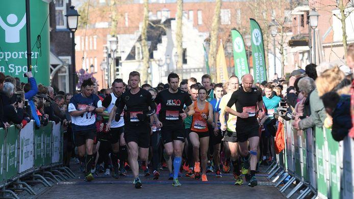 De start van de tien kilometer van de Halve van Nijkerk vorig jaar. Dit jaar is het evenement alsnog afgelast.