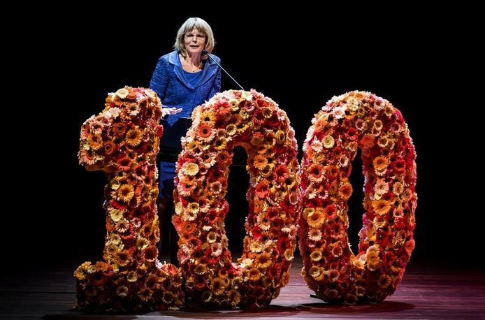 Jose van Dijck na de bekendmaking van de invloedrijkste vrouw van 2016, door het maandblad Opzij tijdens het Top 100 event.