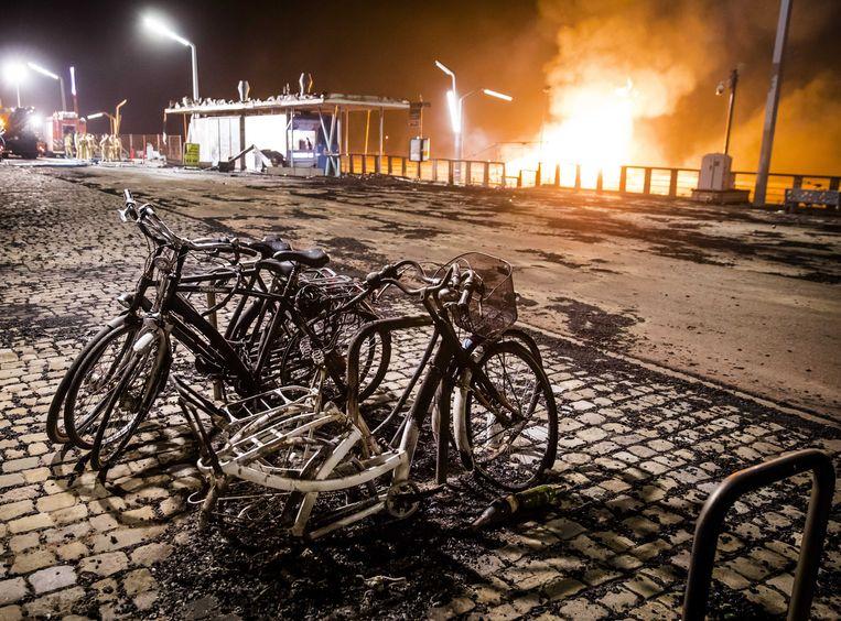 Veel fietsen vatten vlam door het 'vliegvuur'.