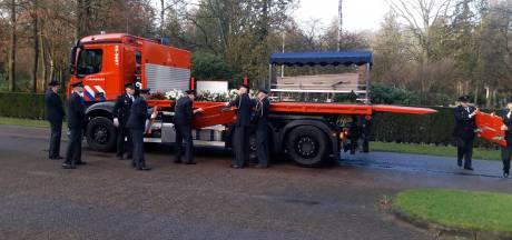 Brandweerlieden vormen erehaag op uitvaart van collega Henk Derks
